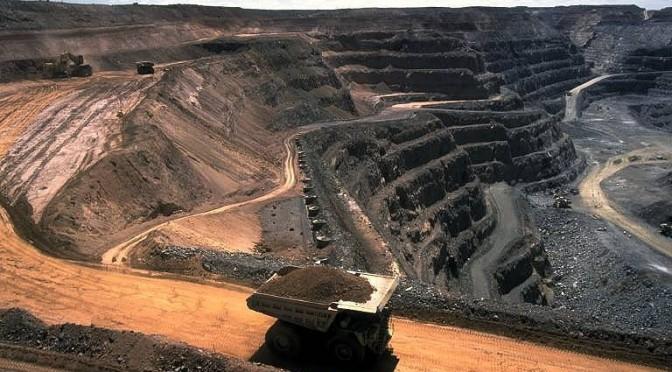 Wywrotka w kopalni piachu albo węgla kamiennego